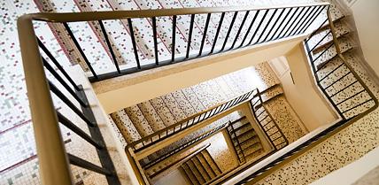 Escaliers dans un immeuble